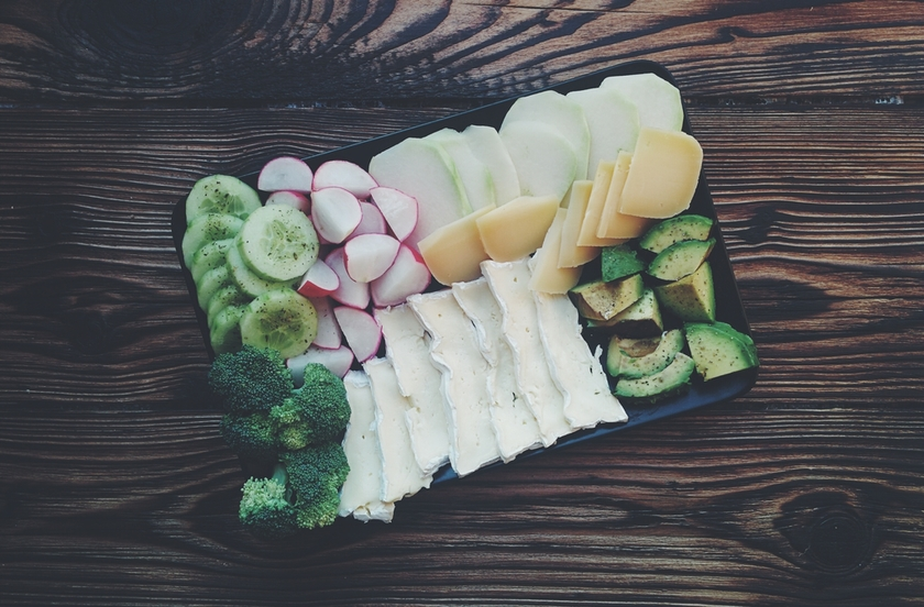 foodiesfeed.com_vegetables-cheese-plate